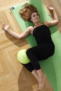 pilatesball_23cm_gruen_anwendung02_1400